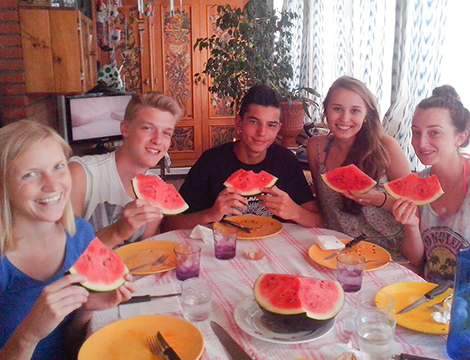 spanish students eating